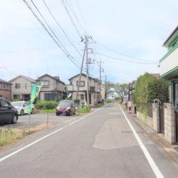 現地の前面道路(6m)、車の往来は少なく、住環境に恵まれています。(周辺)