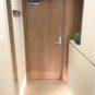 玄関 玄関収納下に間接照明を設置。玄関扉には、木目調のシートを貼り、インテリアとの一体感を出しました。