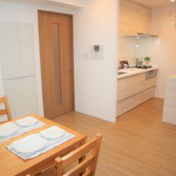 ダイニングルーム、約9.7帖あり、壁面収納があります。料理の準備をしながら、家族との対話も楽しめます