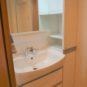 キッチン 洗面台の横には、リネン棚が設置、小物や洗剤などのストックがしやすいです。シャワー水栓も付いています。