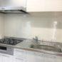 キッチン 3口ガスコンロ、システムキッチン。シンク周りは水はねしてもお手入れしやすいホーロー加工済