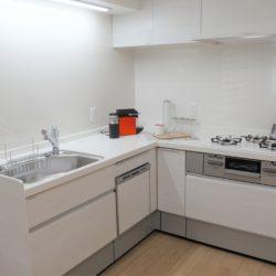 食洗器付き、3口ガスコンロ、浄水器付きのシステムキッチン。L型キッチンのため使い勝手も良好です。(キッチン)