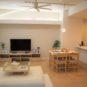 居間 リビングは天井高が約2.7mあり、とても開放的な空間です。