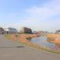 駅から現地まで、川沿いの遊歩道を歩くアプローチもお勧めです。風と空、豊富な緑があり、とても爽快です。