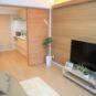 居間 2枚引戸のため、一体的に使用可能です。アクセントクロスは、明るい木目調のものを使用。エコンン設置済