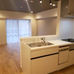 収納充実の64㎡台・3LDK。全居室に収納スペース、玄関脇収納、カウンター下収納などがあります。(居間)