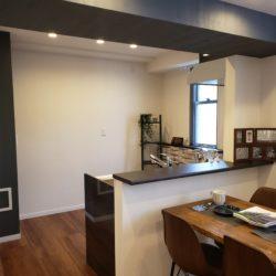 キッチンには窓があるため、換気や採光が取れます。(居間)