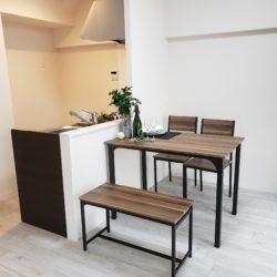 南向きの42㎡台・2DK。全居室に収納スペース、玄関脇収納、カウンター下収納などがございます。(居間)