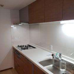 キッチンは廊下とリビングダイニングの2WAY動線で便利です。(キッチン)