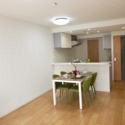 壁面部分が広いため、ソファーやテレビボードを置いてもレイアウトがし易いプランです。(居間)