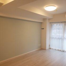 壁面部分が広いため、3人掛けのソファーやテレビボードなど大型の家具も置きやすい設計です。(居間)