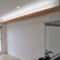 居間 リビングに間接照明があり、部屋のアクセントになり、通常よりも天井が高く見える効果もあります。