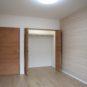 内装 バルコニーに面した明るい洋室1、クローゼットは奥行が75cmと深く、照明も設置、荷物の出し入れに便利