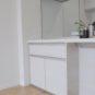 キッチン リビング側にも収納スペースがあり、ナイフやフォークなどの小物類、お皿などを仕舞うのに重宝します。