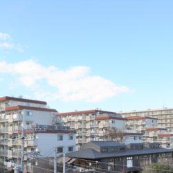 住宅エリアに立地しているため、高い建物が少なく、陽当たりが良好、開放的な眺望が広がります。