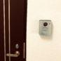 玄関 カラーモニター付インターフォンを設置、来訪者が来られた際に安心出来ます。