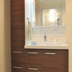 サイド収納があり、タオルや洗剤などのストック類の収納がしやすい仕様となっております。(風呂)