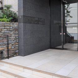 御影石やタイルを施したエントランスアプローチ。(玄関)