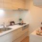 キッチン 幅約2.1mシステムキッチン、3口のガスコンロや浄水器付き水栓、吊戸棚があり使い勝手は良好です。