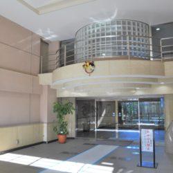 2層吹き抜けの開放的なエントランスホール、キッズルーム(有償)もあり子育て世代には助かります。