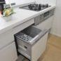 キッチン 食洗器付き、忙しい奥様には大変便利な設備です。食器が少なければ、洗って乾燥のみも可能です。