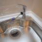 キッチン 浄水器付きです。手元で「浄水」と「通常水」が切り替えが出来るため、機器のスペースも取らず、こまめに切り替えをして頂ければ