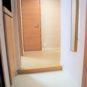 玄関 カウンター付の玄関収納、上下に収納があり、下部もスペースが空いており、十分な収納力があります。