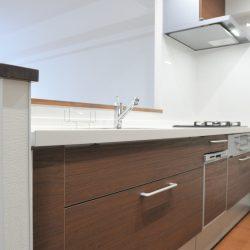 幅は2,600mmあり、ゆったりとした調理スペースです。浄水器付きのシステムキッチン。(キッチン)