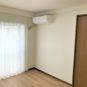 内装 洋室にはレースカーテン、エアコンを1台設置