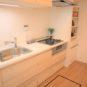 キッチン 床下収納や吊戸があり収納豊富、「スライド収納」のため、鍋やフライパンなど出し入れがし易いです。