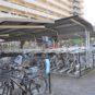 屋根付きの駐輪場。アシスト自転車が停められる下段区画の空きがございます。(2019年1月17日現在)