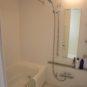 風呂 ホワイトで統一されたバスルーム、落ち着いたバスタイムが過ごせそうです。浴室乾燥・暖房機付き。