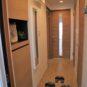 玄関 玄関収納の下に照明が仕込んであります。全身が見える「ミラー」も設置、お出掛け前に便利です。
