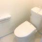 温水洗浄便座付き。トイレもバリアフリーになっており、段差が解消されているため、小さいお子様やご年配の方でもご安心して頂けます。