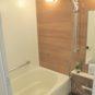 風呂 チーク柄調のアクセントパネルが落ち着いたバスタイムを演出します。浴室乾燥・暖房機付き。