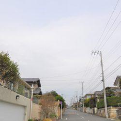 周辺の住宅地。50坪未満の分割が制約され瀟洒な住宅が広がります。(周辺)