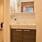 水栓が壁面に設置されているため、水はねが軽減、お手入れがしやすい仕様です。シャワー水栓でさらに便利。