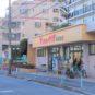 周辺 マンションに隣接する、スーパーのコモディイイダ東朝霞店(営業時間 9:00~21:45)