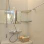 風呂 バスルームには、カウンターと収納棚付き。