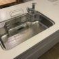 キッチン 広々ワイドシンク、まな板立て、浄水器付きです。浄水器は手元で「通常水」が切り替え可能なシングル水栓。