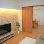 居間 新規フルリノベーション家具付き物件、61㎡超3DK、全室フローリング、エアコン2台、浴室乾燥、食器棚