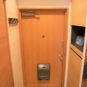 玄関 玄関扉にも木目シートを貼り、エントランス周りが明るくなりました!