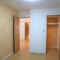 バルコニーに面した洋室(2)は約5.7帖ございます、右に見えるのはウォークインクローゼットです。