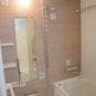 風呂 木目調のアクセントパネルが落ち着いたバスタイムを演出します。浴室乾燥・暖房機付き。追い焚き機能は無し