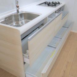 スライド収納のため、鍋やフライパンなど入れた物が【上から見えて】便利です。ソフトクローズ機能付き。(キッチン)