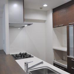 キッチンバックには食器棚を設置。キッチン面材とカラーが統一されており「一体感」があります。(キッチン)