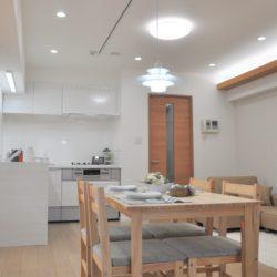 LDKは約12.3帖、天井にダウライト、ライティングレールを設置。リビングを華やかに演出出来ます。(居間)