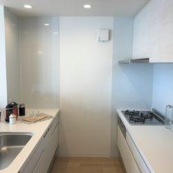 セパレート型オープンキッチンのため、調理や片付けの効率と、収納スペースを両立させた設計です。(キッチン)