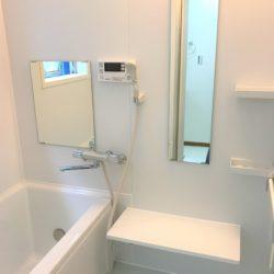 ホワイトで統一されたバスルーム、落ち着いたバスタイムが過ごせそうです。追い焚き付き。(風呂)