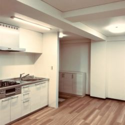 オーク柄のフローリングのため、お部屋が明るく、どのような家具でも合わせやすいカラースキーム。照明は全てLEDになっています。(居間)